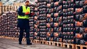 Рабочие на Фабрику Угля для Барбекю